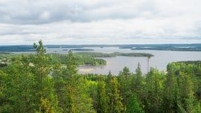 Descripción en el lago del päijänne del arco geodésico del struve en el moun imagenes de archivo