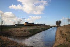 Descripción granangular de un tren interurbano del ICM del koploper en el fron La Haya de la vía que dirige al Gouda fotografía de archivo