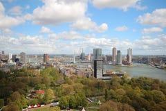 Descripción granangular en 100 metros de altura sobre el horizonte de Rotterdam con el cielo azul y las nubes de lluvia blancas Fotografía de archivo
