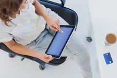 Descripción de un diseñador que usa su PC de la tableta Foto de archivo libre de regalías