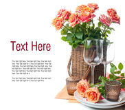 Descripteur avec la configuration de fête de table avec des roses Photographie stock
