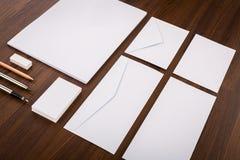 Descripteur blanc Composez-vous des cartes de visite professionnelle de visite, l'en-tête de lettre a4, le stylo, e Photos stock