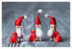 Descripteur de carte de Noël Pince à linge Santa Clauses Rétro Santa Claus avec quelques sacs des cadeaux Photo libre de droits
