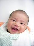 Descubierto asiático de la sonrisa del bebé dirigido Fotografía de archivo
