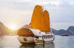 Descubra da baía dourada de Halong do navio das velas do forro destinos superiores Vietname imagens de stock royalty free