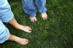 Descubra os dedos do pé na grama Imagens de Stock