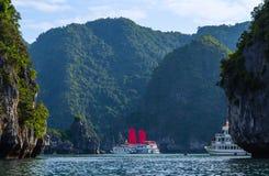 Descubra que escarlate das velas do forro envia destinos superiores Vietname da baía de Halong fotografia de stock royalty free