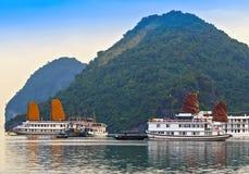 Descubra que o forro vietnamiano do veleiro navega destinos superiores Vietname da baía de Halong do navio imagens de stock