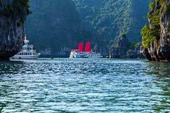 Descubra que velas do forro envia destinos superiores Vietname da ba?a de Halong fotos de stock