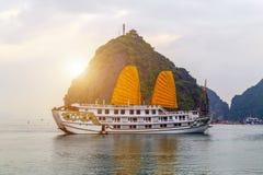 Descubra que velas douradas do forro envia destinos superiores Vietname da baía de Halong foto de stock