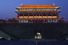 Descubrimiento de China: Pared de la ciudad de Xian y puerta del sur Foto de archivo libre de regalías