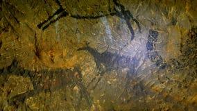 Descubrimiento de la pintura prehistórica de la caza del hombre de las cavernas en cueva de la piedra arenisca Pintura de la caza almacen de metraje de vídeo