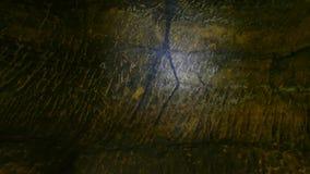 Descubrimiento de la pintura prehistórica de la caza del hombre de las cavernas en cueva de la piedra arenisca Pintura de la caza metrajes