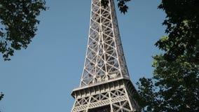 Descubrimiento de la torre Eiffel poderosa, grande en París, Francia almacen de video