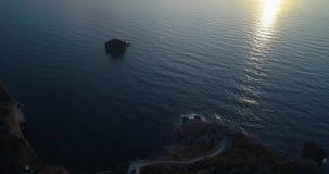 Descubrimiento de la vista aérea del océano del mar Mediterráneo en la puesta del sol o la salida del sol con las islas lejanas L metrajes