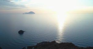 Descubrimiento de la vista aérea del océano del mar Mediterráneo en la puesta del sol o la salida del sol con las islas lejanas L almacen de metraje de vídeo