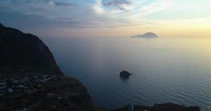 Descubrimiento de la vista aérea del pollara de la ciudad del océano del mar Mediterráneo en la puesta del sol o la salida del so almacen de metraje de vídeo