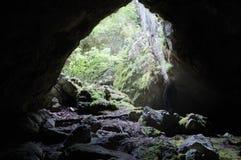 Descubrimiento de las cuevas salvajes en las montañas de Crimea, Ucrania Fotografía de archivo libre de regalías
