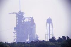 Descubrimiento en la plataforma de lanzamiento, Kennedy Space Center, Cabo Cañaveral, FL del transbordador espacial Fotos de archivo libres de regalías