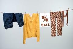 Descuento de la moda de las mujeres en la cuerda para tender la ropa Foto de archivo libre de regalías