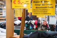 Descuento especial en el mercado de la materia textil Foto de archivo