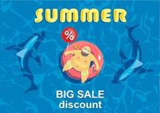Descuento grande del verano Tiburón alrededor de un hombre gordo en el colchón Imágenes de archivo libres de regalías