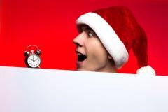 Descuentos del Año Nuevo vendedor, de la Navidad y cartel Hombre sorprendido Fotos de archivo