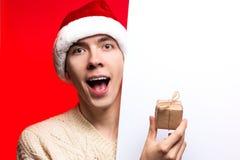 Descuentos del Año Nuevo vendedor, de la Navidad y cartel Hombre sorprendido Imagen de archivo