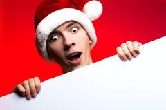 Descuentos del Año Nuevo vendedor, de la Navidad y cartel Hombre sorprendido Imagen de archivo libre de regalías