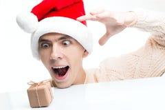 Descuentos del Año Nuevo vendedor, de la Navidad y cartel Hombre sorprendido Imagenes de archivo
