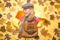 Descuentos del otoño Venta de la ropa para mujer del otoño Mujer joven atractiva en una hoja de oro del whith estacional de la ro imagen de archivo