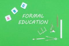 Desde arriba de fuentes de escuela de los minitures y de las letras de madera de ABC en fondo verde con la enseñanza convencional Imagen de archivo