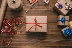 Desde arriba de tiro del presente envuelto Fotografía de archivo libre de regalías