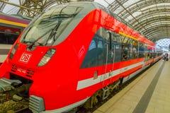 DESDREN, DUITSLAND - MARZO 23, 2016: Rode HB trein klaar voor vertrek, moderne trein Royalty-vrije Stock Fotografie