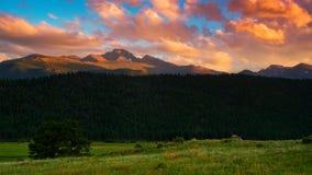 Desea el pico en la puesta del sol imagenes de archivo