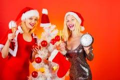 Deseamos a todos los visitantes Feliz Navidad y Feliz Año Nuevo Desee a sus amigos una Feliz Navidad Fondo aislado, rojo imágenes de archivo libres de regalías