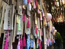 Deseando las paredes y el aire se llenan de bendiciones y de palabras que animan imagen de archivo