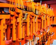 Desear la madera marca la ejecución con etiqueta adentro en la capilla de Fushimi Inari Fotos de archivo