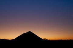 Desecho de carbón sobre puesta del sol fotografía de archivo
