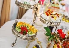 Desee la comida fría servida de la fruta en la tabla lujosa del partido en restaurante imagen de archivo libre de regalías