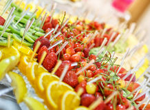 Desee la comida fría servida de la fruta en la tabla lujosa del partido en restaurante Fotos de archivo libres de regalías