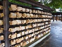 Desejando as tabuletas (ema) no santuário de Meiji, Tokyo Fotografia de Stock Royalty Free