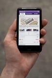 Desejo HD da terra arrendada HTC da mão que mostra notícias de Yahoo Fotografia de Stock Royalty Free