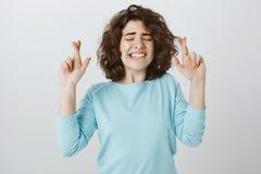 Desejo registrar-se na universidade famosa Retrato da fêmea encaracolado-de cabelo bonita preocupada no equipamento ocasional, au imagens de stock