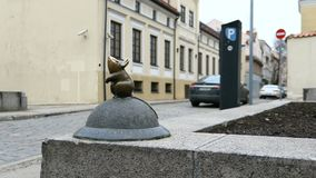 Desejos cumprindo do rato mágico dourado diminuto de Liittle, Klaipeda, Lituânia 4K video estoque