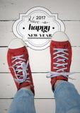 2017 desejos do ano novo com o adolescente que veste as sapatilhas vermelhas Foto de Stock Royalty Free