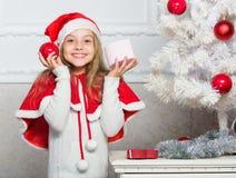Desembalando o presente do Natal Conceito feliz da celebração Tradição do feriado de inverno Criança com presente de Natal razão imagem de stock