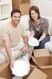 Desempaque de los pares o cajas de embalaje que mueven la casa Imagen de archivo libre de regalías