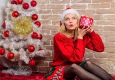 Desempaque del regalo de la Navidad La señora celebra la Navidad Concepto de las vacaciones de invierno Excitado sobre presente V imagen de archivo