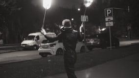 Desempenho aturdindo dos truques com luzes em correntes filme